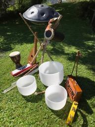 Instrumente auf der Wiese hoch